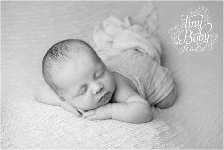 tiny-baby-studio-newcastle-newborn-photographer-black-and-while-newborn