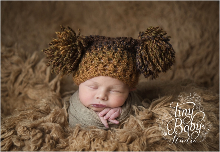 tiny-baby-studio-newcastle-newborn-baby-photographer-newborn-baby-pom-pomm-hat